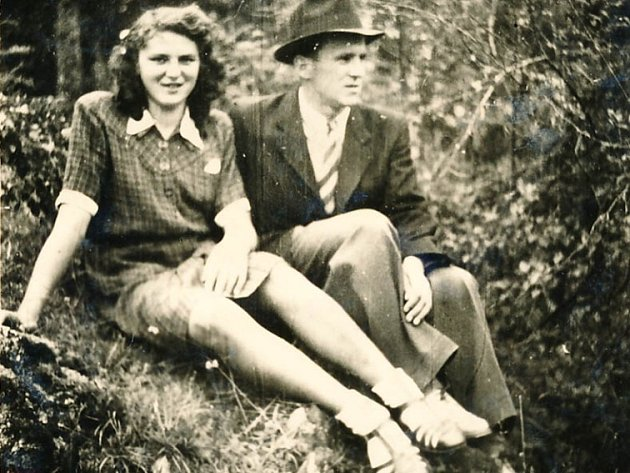 Josef Hasil, Král Šumavy, slaví 8. února 90. narozeniny. Na snímku z mládí se snoubenkou Marií Vávrovou.