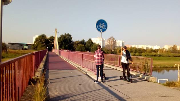 Lávka pro pěší a cyklisty, která vede v Českých Budějovicích přes řeku Vltavu, je součástí cyklostezky do Hluboké nad Vltavou.