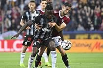 Fotbalisté Dynama prohráli na Spartě 0:1, vítezný gól dal David Hancko (na snímku je v souboji s ním Fortune Bassey).
