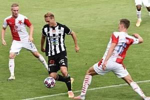 Fotbalisté Dynama v minulém utkání se Slavií doma prohráli 0:6 (na snímku Patrik Čavoš mezi Ševčíkem a Provodem), jak dopadne nedělní odveta?