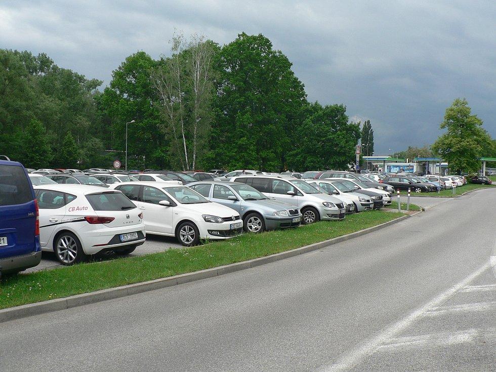 Nový parkovací dům chce město České Budějovice stavět u Sportovní haly. Dnes je tam parkoviště, které už kapacitně nestačí poptávce.