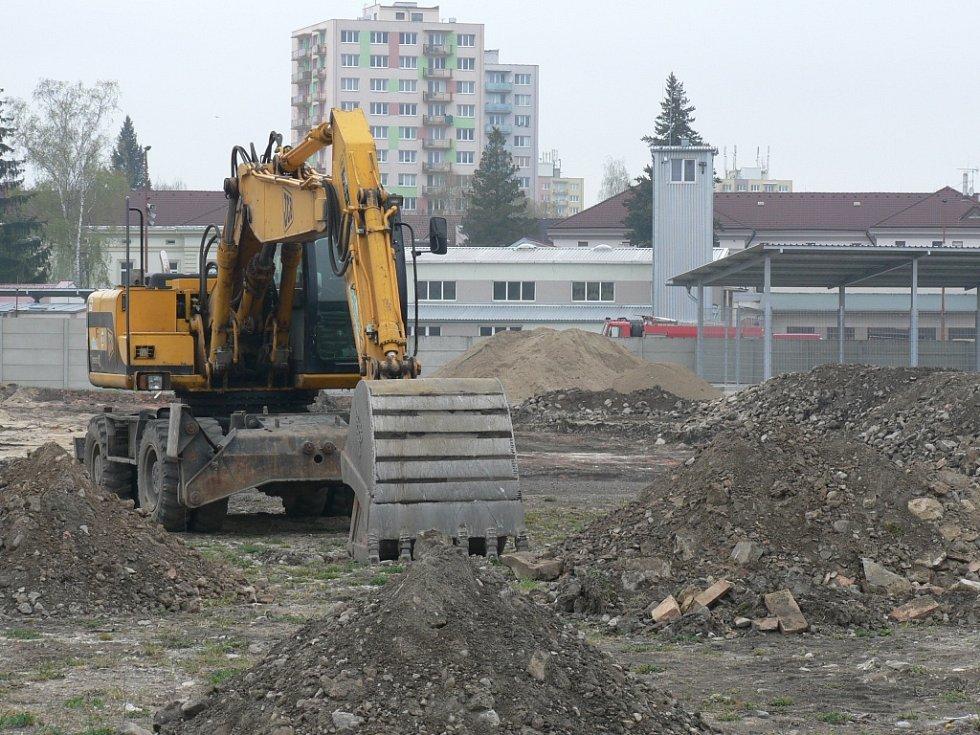 Bagry už se v Jírovcově ulici pustily do práce.