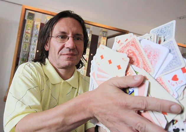 Petra Bílého uchvátily hrací karty. Ve své rozsáhlé sbírce má unikátní špády vytištěné před rokem 1840, raritní hru Pohledy na české hrady i mnoho netradičních exemplářů.