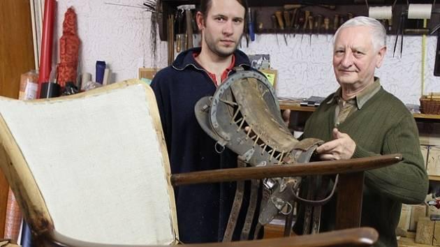 Otec a syn Zdeněk a Patrik Sládkovi se kromě čalounictví věnují i téměř zapomenutému řemeslu – sedlářství.