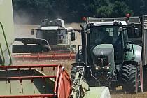 Sklizeno hlásí zemědělci v regionu ohledně obilovin. Úroda byla průměrná nebo nadprůměrná. Ale na polích zůstává kukuřice a na té se sucho hodně podepíše. Snímek je ze sklizně obilovin v Zemědělské společnosti Dubné.