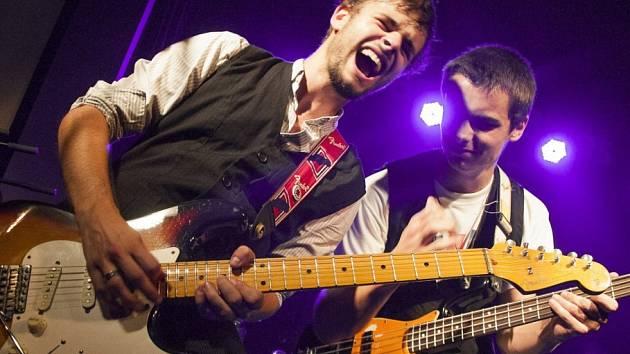 Budějovická skupina Strong Coffee, hrající směs rocku a funku, vydala debutové album Give It a Shot.