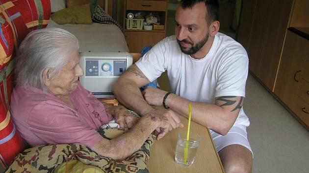 Helena Matoušková děkuje sestrám a lékařům, kteří se starají o její rodiče. Ilustrační foto
