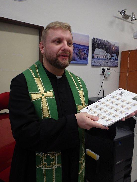 P. Marcin Želazny 30. 11. při prezentaci poštovní známky s Emilem Háchou.