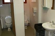 Kvalita a hygienická úroveň veřejných záchodů se liší případ od případu. WC v areálu hlubocké zoo není co vyčíst.