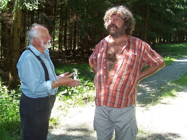 Známý reřisér Zdeněk Troška (vlevo) vybírá vhodné lesy pro svou novou pohádku spolu s hajným.