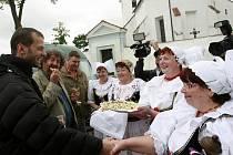 Nejen chlebem a solí, ale také koláčem a v krojích vítaly jako už tradičně baráčnice v Pištíně při natáčení režiséra filmu Zdeňka Trošku a herce Lukáše Langmajera.