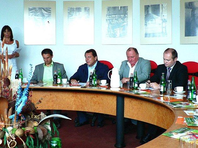 Na snímku jsou za stolem zachyceni zleva hejtman Jihočeského kraje Jiří Zimola, předseda ČSSD Jiří Paroubek, lídr jihočeské kandidátky pro podzimní parlamentní volby Vítězslav Jandák a stínový ministr zemědělství za ČSSD Michal Hašek.