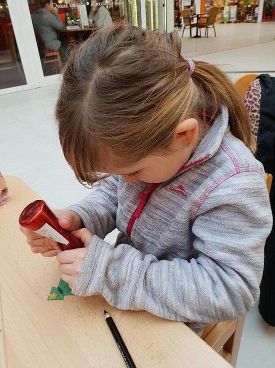 Vánoční kolíčky nebo dopisy Ježíškovi vytvářely v úterý dětští návštěvníci obchodního centra Čtyři Dvory v Českých Budějovicích.