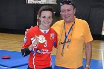 Veronika Rybičková přinesla ukázat medaili pořadateli florbalového kempu Ivanu Janouškovi a pobesedovala s mladými florbalisty