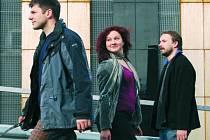 OPUSTÍME VZORY.  Klip k této písničce představí zítra folková skupina Epy de Mye od 20 hodin v českobudějovickém klubu Solnice. Na snímku zleva Jan Přeslička, Lucie Cíchová a Lukáš Kazík.