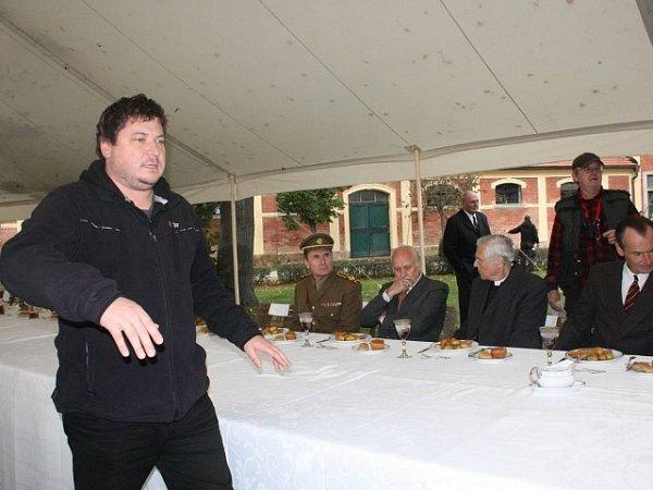 Režisér Robert Sedláček udílí pokyny před scénou sobědem pod velkým stanem. Úplně vpravo sedí Marian Roden alias Hubert Ripka.