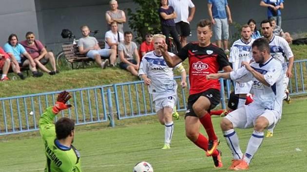 Fotbalisté Táborska postoupili v Molc Cupu výhrou 4:0 na Kladně. Na snímku kladenský brankář Tesař zasahuje před Adnanem Džafičem.