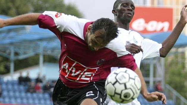 Tomáš Hunal (ve vzdušném  souboji s Mendym) odvedl v nedělní lize s Boleslaví kvalitní výkon.
