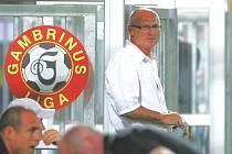 Prvním odvolaným trenérem v první fotbalové lize je budějovický Jan Kmoch. V úterý to novinářům potvrdil předseda představenstva SK Dynamo ČB Karel Poborský. Kmoch prožil na lavičce budějovického klubu čtyři zápasy, ani jednou nevyhrál.