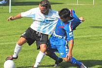 Sezimoústecký Marcel Kordík v důrazném souboji s bavorovickým Melicharem. Hosté nedělnímu pohárovému duelu dominovali a s přehledem zvítězili 6:1.