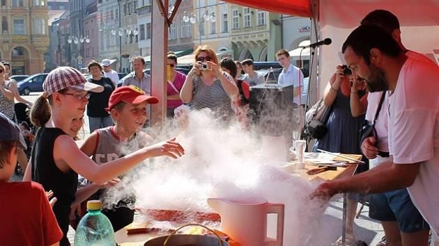 Fyzikové z Pedagogické fakulty ukazovali žákům, jak se při venkovní teplotě vaří dusík.