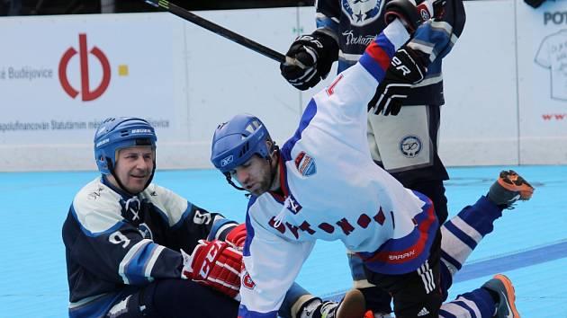 Betonova (v bílém) porazila tým Deviants 9:3 a 6:1 a na Vltavě může potvrdit postup do semifinále II. NHbL - Jih.