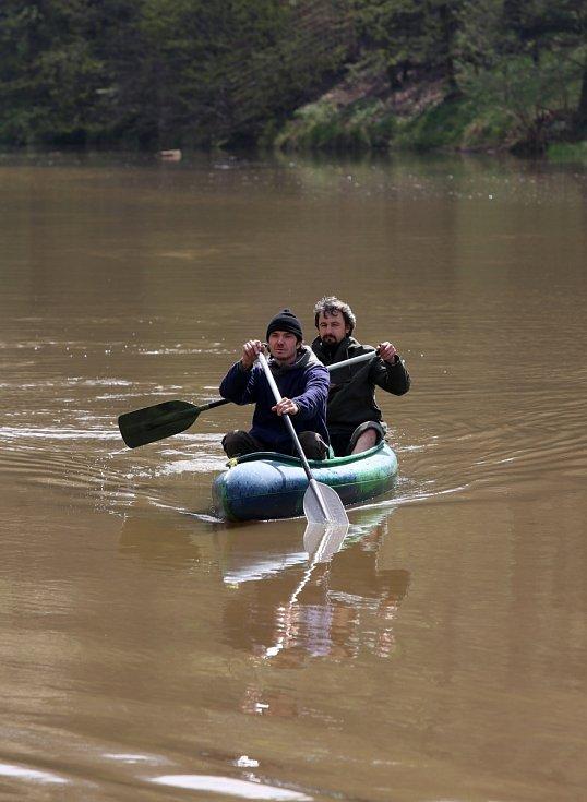 V sobotu se vodáčtí nadšenci, kteří se nenechali odradit páteční sněhovou nadílkou, a vypluli v sobotu dopoledne z Římova, byli odměněni sluníčkem.