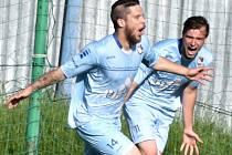 Protivínští Jan Moravec a Zbyněk Vorel se radují z jednoho ze tří gólů, které Protivín v přeboru kraje nastřílel Katovicím. Fotbalové soutěže v kraji o víkendu pokračují.