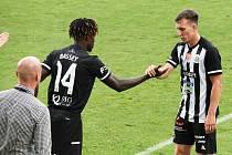 Lukáš Matějka v dresu Dynama v zápase se Slavií odehrál své první utkání v I. lize, střelecky se ale neprosadil. Na snímku ho střídá Fortune Bassey.