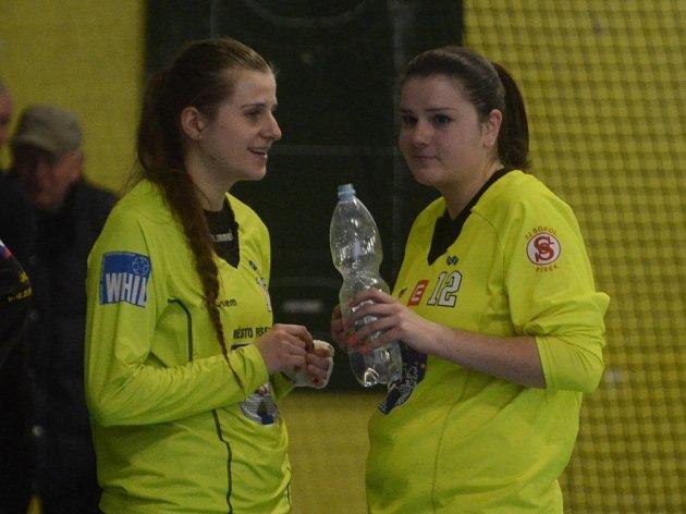 BRANKÁŘKY. Zkušenější Šárka Brožová (vpravo) už má v interlize přece jenom něco odchytáno. To Lucie Preslová je v nejvyšší ženské soutěži mezi třemi tyčemi nováčkem.