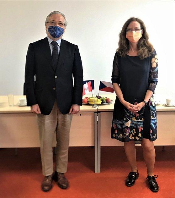 Na fotografii: rada Eduardo Rivoldi a docentka Radka Závodská prorektorka pro zahraniční vztahy Jihočeské univerzity.