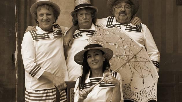 Folková skupina Nezmaři natočila nové album Stopy bláznů. Snímky do bookletu pořídila v českokrumlovském Museu fotoateliér Seidel.