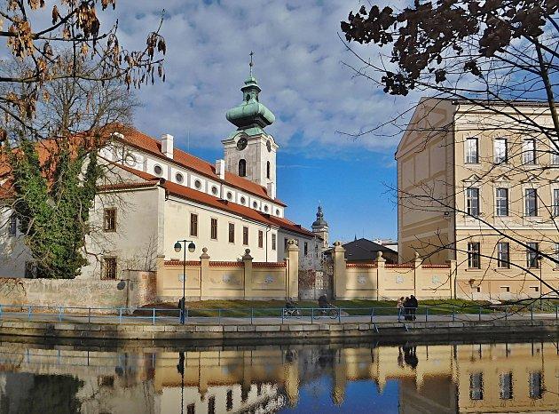 Makovice Bílé věže na Piaristickém náměstí obsahovala dokumenty, knihu, listiny a modlitební obrázky zroku 1937.