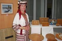 Halyna Hordijivna Pouzarová se svými výrobky.
