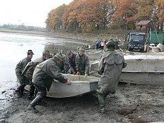 Pod Rybářství Nové Hrady patří například rybník Žár. Snímek je z podzimního výlovu.