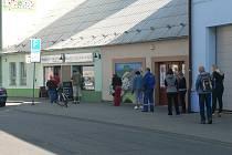 Fronta zákazníků před prodejnou Lesů a rybníků města Českých Budějovic ve čtvrtek 9. dubna 2020 dodržovala doporučené odstupy a samozřejmostí u všech byly i roušky. Do prodejny se vcházelo po jednom, takže zdánlivě dlouhá fronta postupovala rychle.