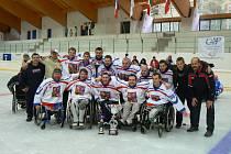 Vítězná sestava české sledge hokejové reprezentace s trenérem Františkem Kovářem.