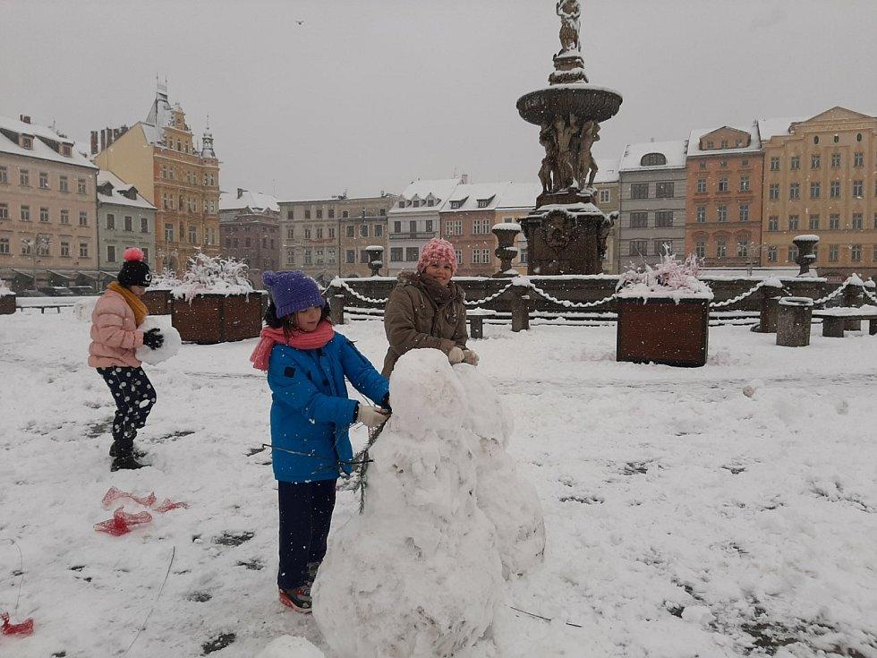 Hurá, sníh! Sněhuláky - tři krále - stavěly děti ve středu na budějovickém náměstí.