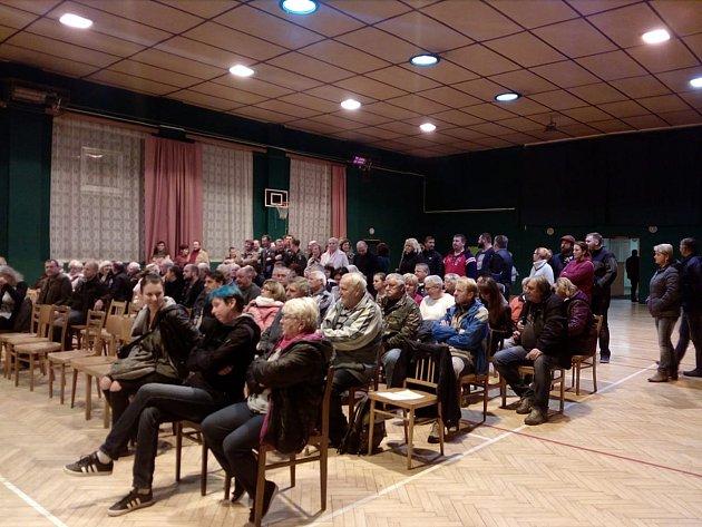 Plná sokolovna sledovala ustavující zastupitelstvo ve Štěpánovicích. Víc místních se prý sejde jen o pouti.