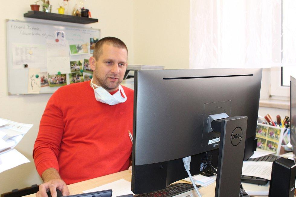 Ředitel Gymnázia Jírovcova Pavel Kavřík u sebe v kabinetu.