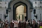 Davová scéna u zámecké brány.