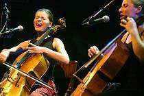 Tara Fuki, duo violoncellistek Doroty Barové a Andrey Konstankiewicz, zahraje 31. března v budějovické Bazilice. Vystoupení je součástí cyklu Rebelující dámy české hudby.