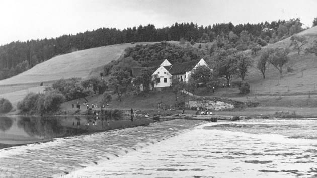 Slavná výletní restuarace U Rybů, jak ji zachytil fotograf  ve dvacátých letech minulého století.