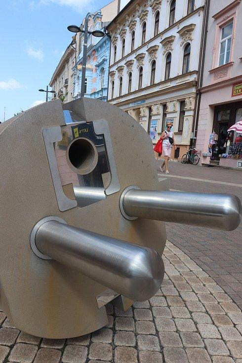 """Umění ve městě. Obří zástrčka """"Disconnected"""" od Milana Caise na Lannovce má upozorňovat na naši závislost na elektrické energii a digitalizaci."""