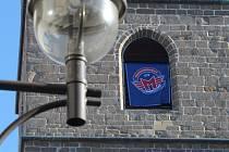 Vlajka Motorfans a znak hokejového klubu dnes ozdobily českobudějovickou Černou věž.