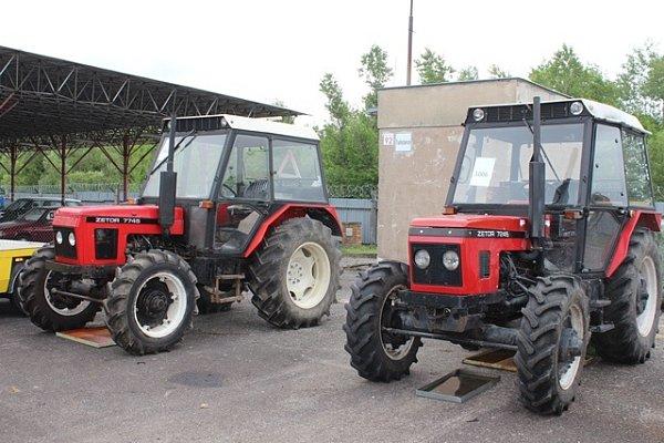 Zajištěná auta, kola a traktory jsou nyní umístěny vpolicejním skladu na budějovickém letišti.