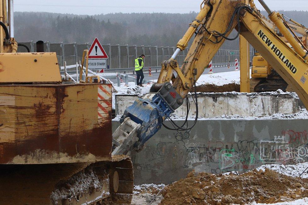 Bourání mostů na D3 u Ševětína.