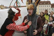 S představením Řehtačka vystoupili ve čtvrtek odpoledne před návštěvníky centra krajského města členové divadla Kvelb. Jejich představení přilákalo desítky malých i velkých diváků.