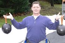 V zimě Josef Štiak cvičil techniku hodu s medicinbaly, aby nevyšel ze cviku.