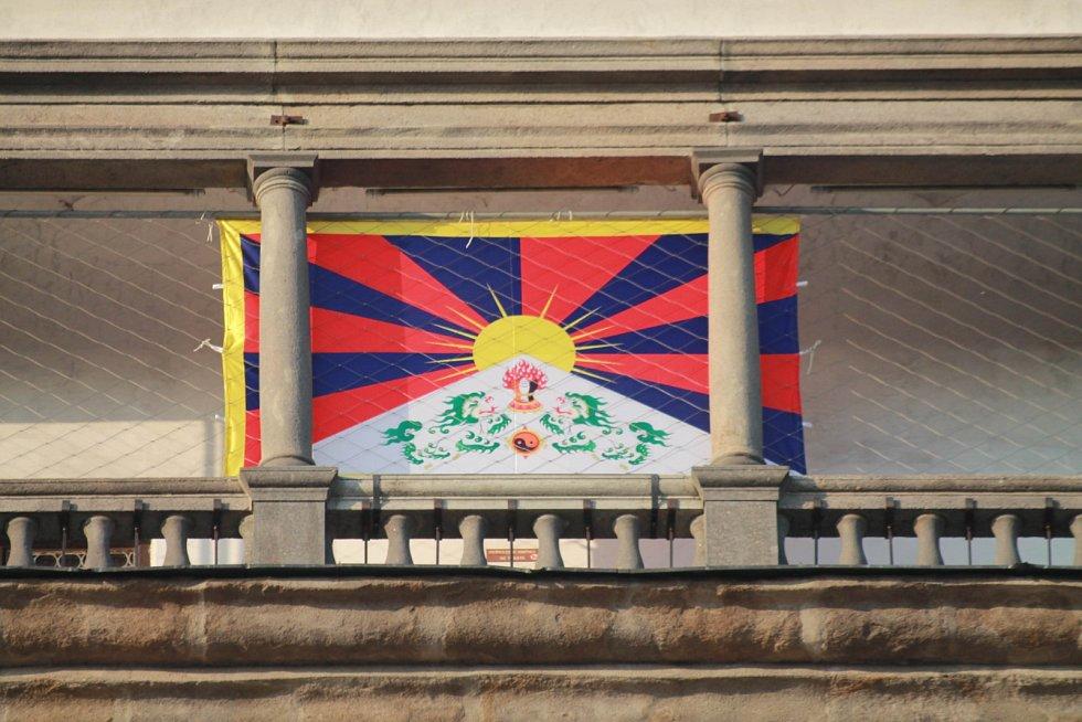 Vít Kršul a věžný Jan Vančura vyvěsili v pondělí ráno na českobudějovické Černé věži vlajku Tibetu.